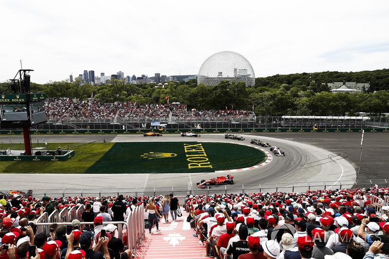 Kimi Raikkonen, Ferrari SF71H, leads Esteban Ocon, Force India VJM11, and Nico Hulkenberg, Renault S