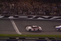 Dale Earnhardt Jr. se lleva la bandera a cuadros