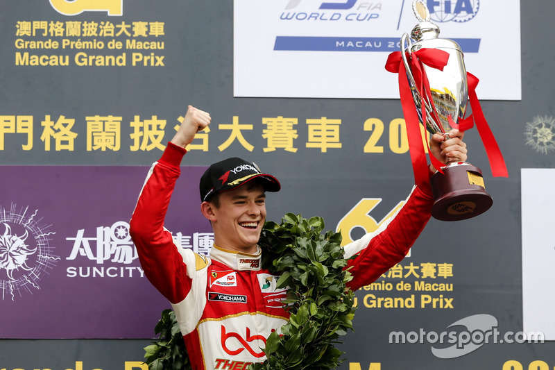 Подіум: переможець Каллум Ілотт, SJM Theodore Racing by Prema, Dallara Mercedes