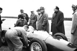 El Ferrari 246 F1 en un test en Modena con Martino Severi, Enzo Ferrari, Luigi Bazzi y Carlo Chiti