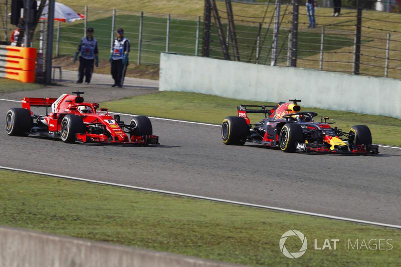 Daniel Ricciardo, Red Bull Racing RB14 Tag Heuer, pasa a Sebastian Vettel, Ferrari SF71H