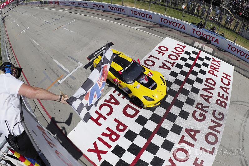 #4 Corvette Racing Chevrolet Corvette C7.R, GTLM: Oliver Gavin, Tommy Milner ganador
