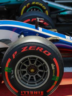 Pneumatici Pirelli e dettaglio del naso della Sauber C36