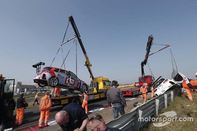 Norbert Michelisz -BRC Racing Team Hyundai i30 N TCR - és Yvan Muller - YMR Hyundai i30 N TCR - autója mentés közben