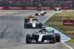 Lewis Hamilton, Mercedes AMG F1 W09, devant Charles Leclerc, Sauber C37