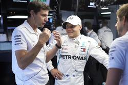 Valtteri Bottas, Mercedes AMG F1, con sus ingenieros