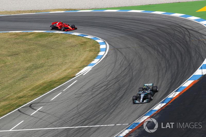 Valtteri Bottas, Mercedes AMG F1 W09, devant Kimi Raikkonen, Ferrari SF71H