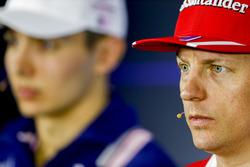 Kimi Raikkonen, Ferrari, Esteban Ocon, Force India, en la Conferencia de prensa
