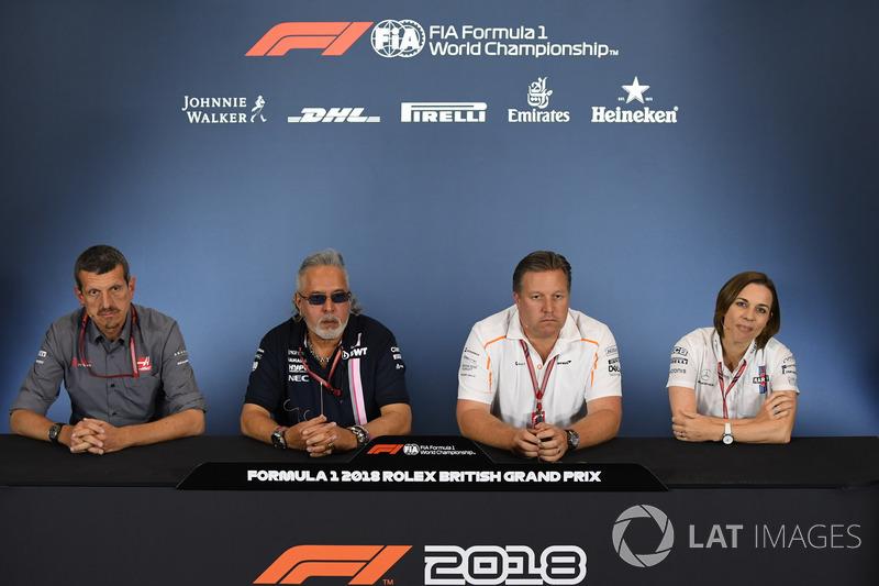 Guenther Steiner, Team Prinicipal, Haas F1 Team, Dr. Vijay Mallya, proprietario del team Force India Formula One e Zak Brown, CEO McLaren Racing, e Claire Williams, Vice Team Principal Williams, nella conferenza stampa