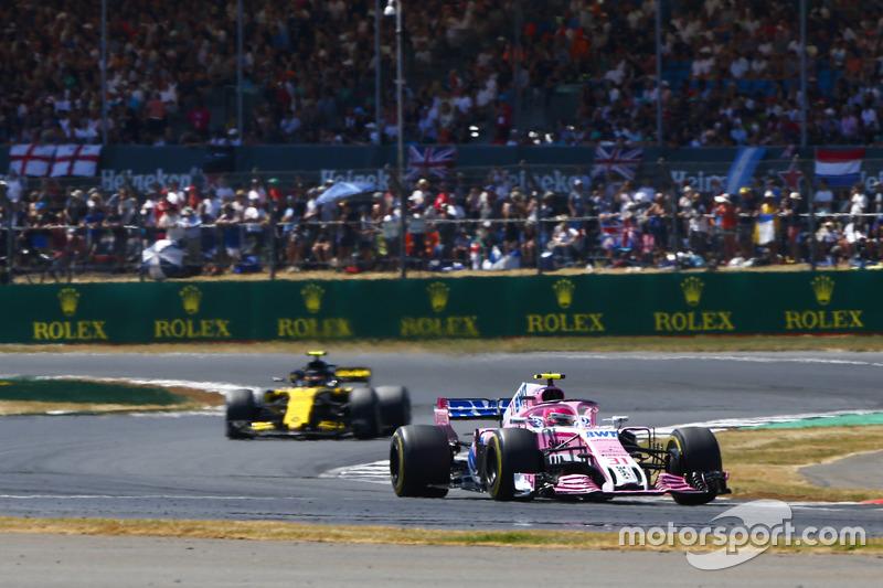 Esteban Ocon, Force India VJM11, precede Carlos Sainz Jr., Renault Sport F1 Team R.S. 18