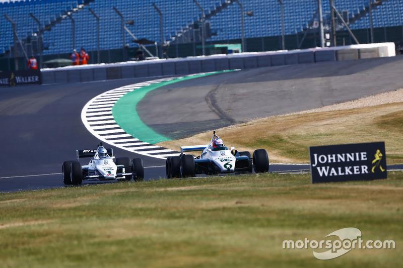 Jenson Button az 1982-es Williams FW08B volánja mögött, és Guy Martin az 1983-as Williams FW08C-vel