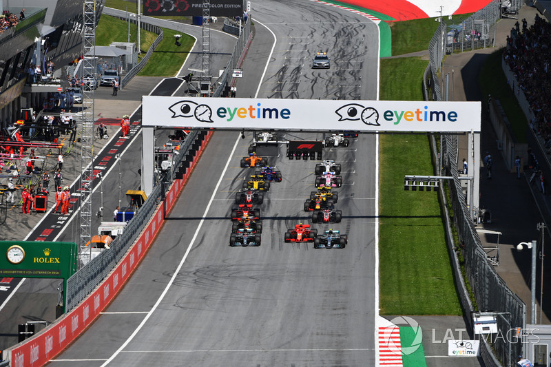 Lewis Hamilton, Mercedes-AMG F1 W09, Valtteri Bottas, Mercedes-AMG F1 W09 et Kimi Raikkonen, Ferrari SF71H au départ de la course