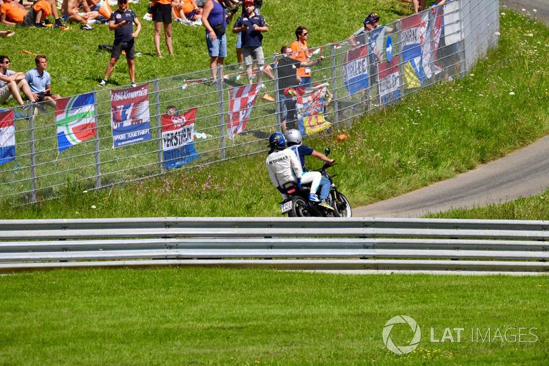Valtteri Bottas, Mercedes-AMG F1 sur un scooter après son abandon
