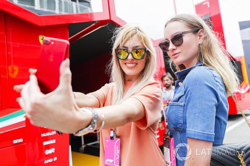 Los invitados VIP se toman una selfie fuera de la autocaravana Ferrari