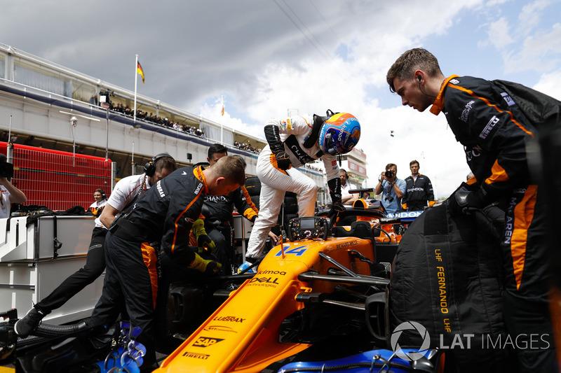 Fernando Alonso, McLaren, sale sulla sua monoposto