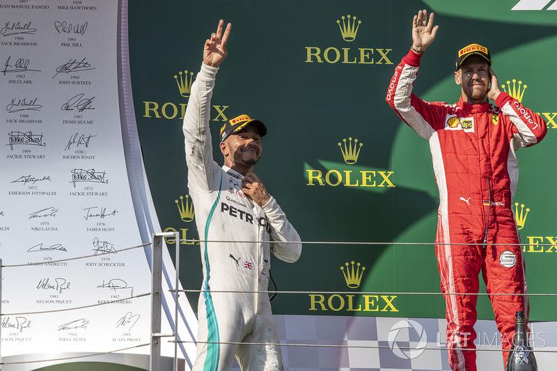 Lewis Hamilton, Mercedes-AMG F1 y Sebastian Vettel, Ferrari, celebran en el podio