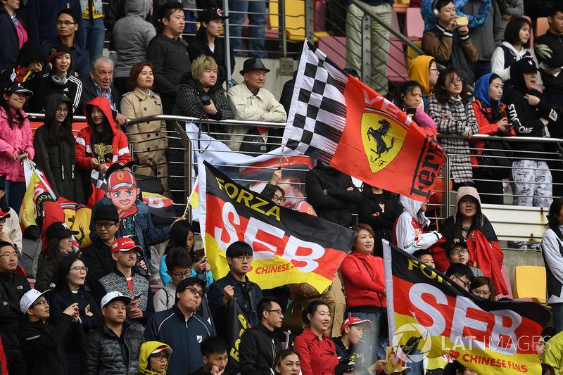 Des fans de Sebastian Vettel, Ferrari avec des drapeaux