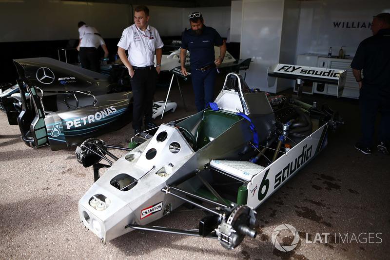 Kru tim Mercedes dan Williams melihat mobil Williams FW08 Ford Cosworth yang dikemudikan Keke Rosberg pada F1 1982