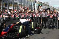 Guenther Steiner, Team Principal, Haas F1 Team, and Haas F1 Team engineers on the grid