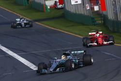 Lewis Hamilton, Mercedes AMG F1 W08, devant Sebastian Vettel, Ferrari SF70H, et Valtteri Bottas, Mercedes AMG F1 W08