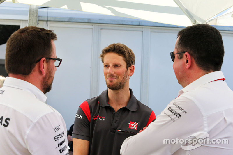 Romain Grosjean, Haas F1 Team y Eric Boullier, McLaren Racing Director