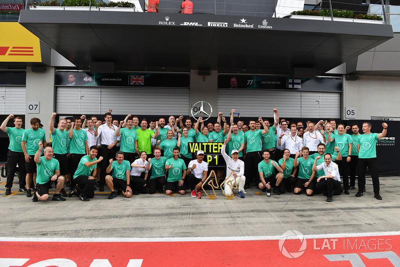 Race winner Valtteri Bottas, Mercedes AMG F1, Lewis Hamilton, Mercedes AMG F1, the team