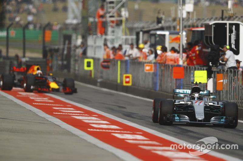 Valtteri Bottas, Mercedes AMG F1 W08, devant Daniel Ricciardo, Red Bull Racing RB13