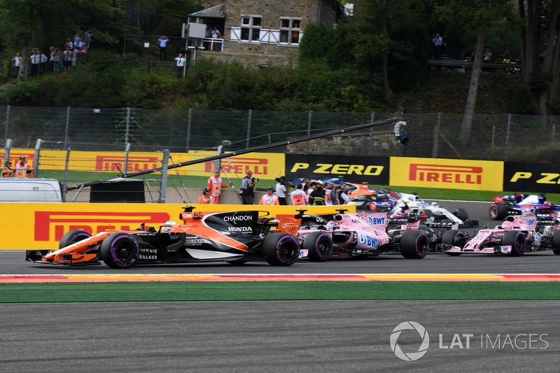 Quem também fez boa largada foi Alonso, que foi de 10º para sétimo nas primeiras voltas.