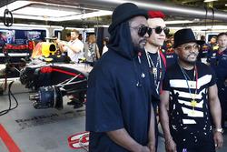 Los Black Eyed Peas posan frente al garaje de Red Bull