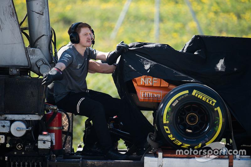 McLaren MCL32 Фернандо Алонсо возвращается в боксы