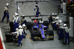 Pascal Wehrlein, Sauber C36-Ferrari, pit stop action