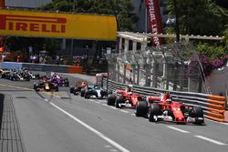 Кімі Райкконен, Ferrari SF70-H leads лідирує на старті