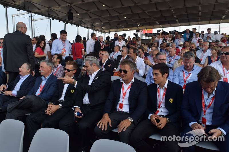 Президент FIA Жан Тодт, Керівник Liberty Media Чейз Кері, Себастьян Феттель, керівник команди Ferrari Мауріціо Аррівабене та колишній гонщик Ferrari Жан Алезі з його сином Джуліано
