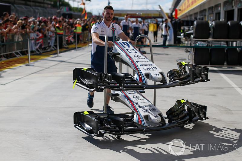 Mecánico de Williams con Williams FW40 nariz, alas delanteras