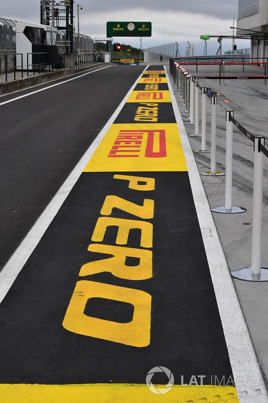 Лого Pirelli на піт-лейн