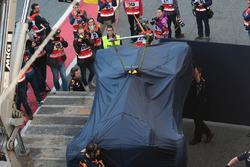 Автомобиль Red Bull Racing RB13 Даниэля Риккардо возвращается в боксы