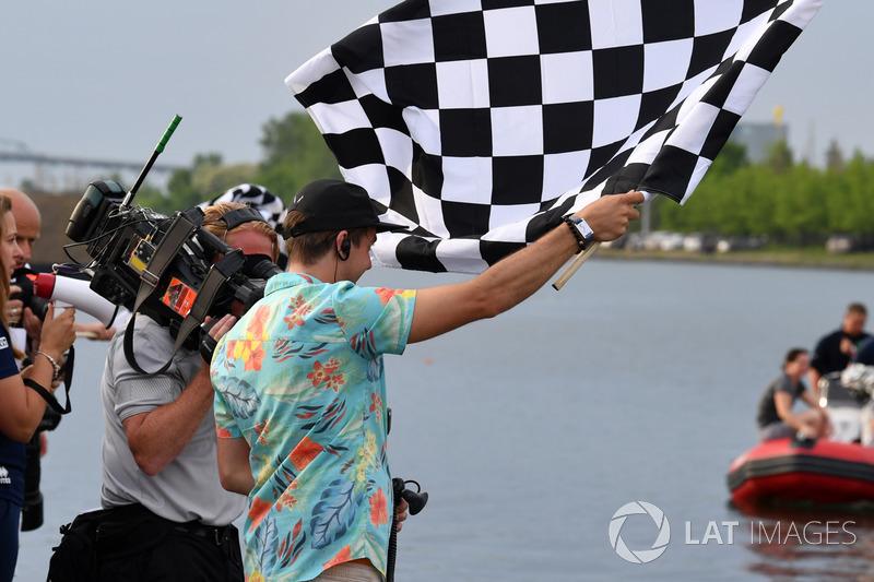 Karierte Flagge beim Floßrennen in Montreal