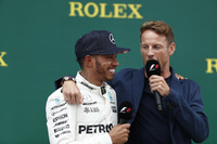 Winnaar Lewis Hamilton, Mercedes AMG F1 met Jenson Button, McLaren, op het podium