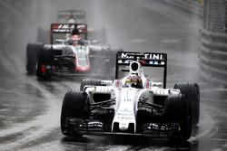 Felipe Massa, Williams FW38, en Romain Grosjean, Haas VF-16 Ferrari