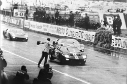 Ford's first win in the 24 Hours of Le Mans, 1966: переможний Ford GT-40 Mark II Брюса Макларена та