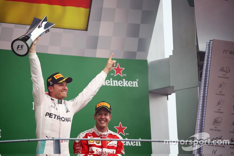 Il vincitore Nico Rosberg, Mercedes AMG F1, festeggia sul podio
