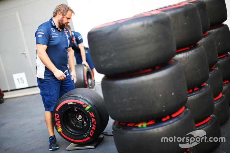 Mecánico de Williams con neumáticos Pirelli