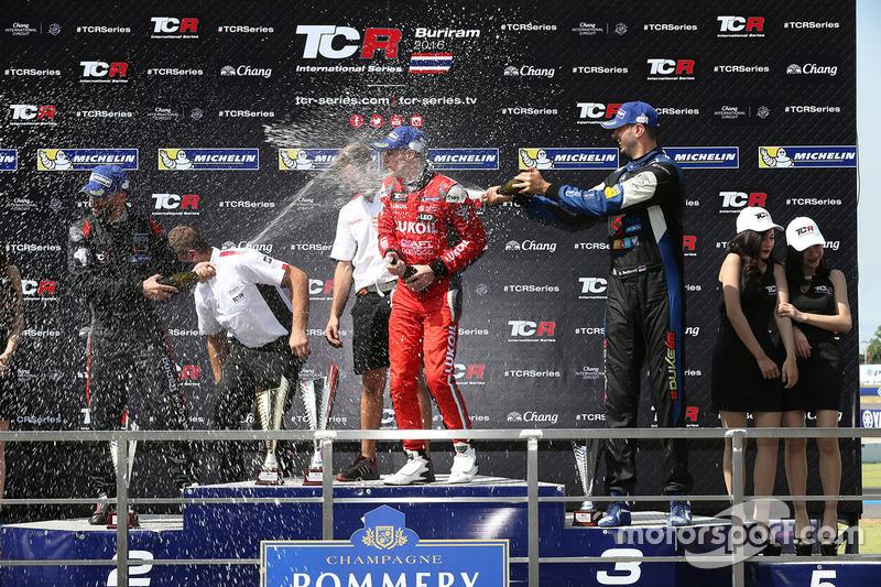 Podio: il vincitore James Nash, Team Craft-Bamboo, SEAT León TCR, secondo Mikhail Grachev, West Coast Racing, Honda Civic TCR, terzo Dusan Borkovic, B3 Racing Team Hungary, SEAT León TCR