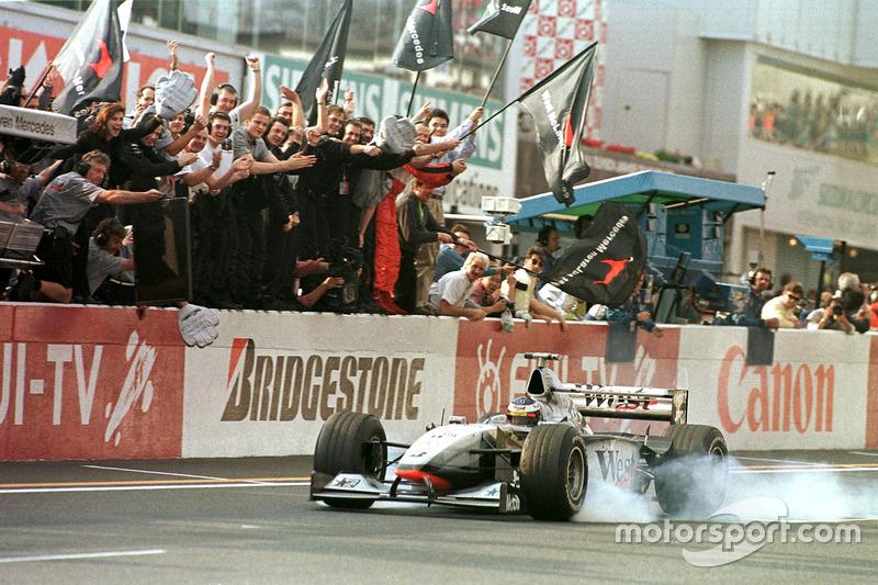 ... wie Häkkinen seinen 1. WM-Titel mit Saisonsieg Nummer 8 krönt