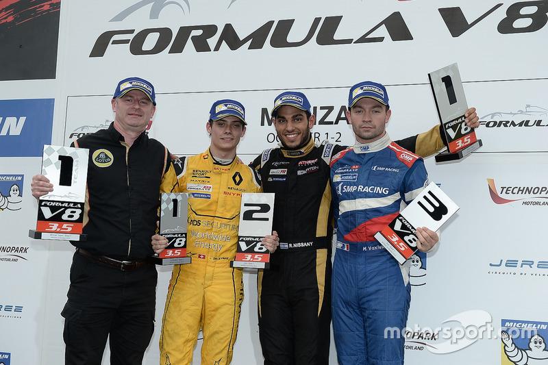 Podium: Sieger Roy Nissany, Lotus; 2. Louis Deletraz, Fortec Motorsports; 3. Matthieu Vaxiviere, SMP Racing