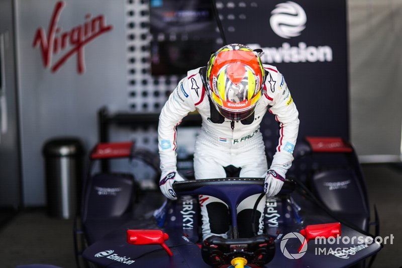 Robin Frijns gets into his Envision Virgin Racing, Audi e-tron FE05
