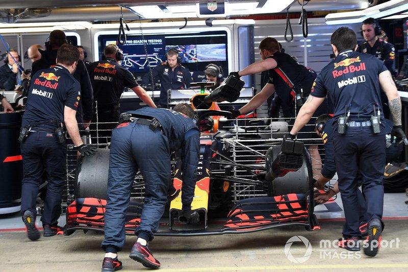 Max Verstappen, Red Bull Racing RB15 con sensori aerodinamici viene portata nel box