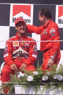 Podio: ganador de la carrera Michael Schumacher, Ferrari, Jean Todt, Ferrari