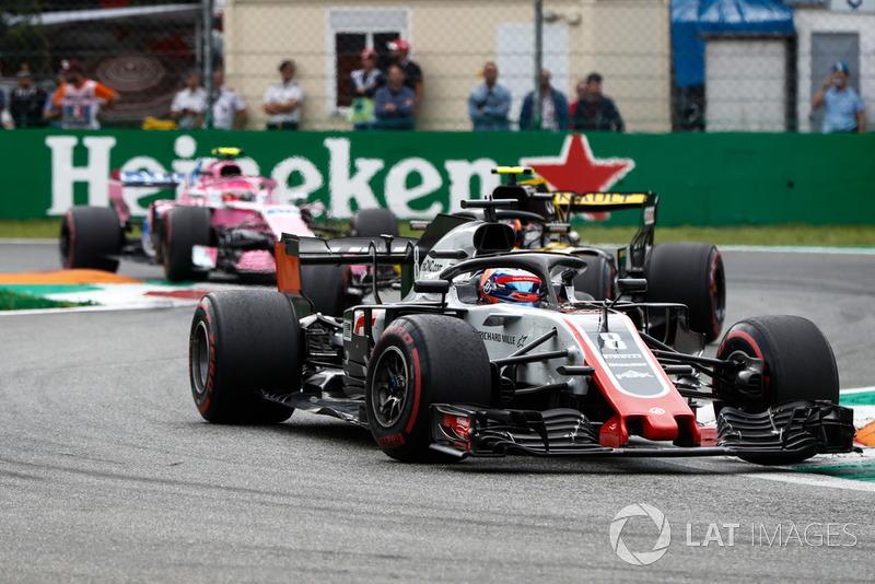 Romain Grosjean, Haas F1 Team VF-18, Carlos Sainz Jr., Renault Sport F1 Team R.S. 18, y Esteban Ocon, Racing Point Force India VJM11