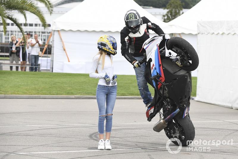 Мотоцикліст і дівчина